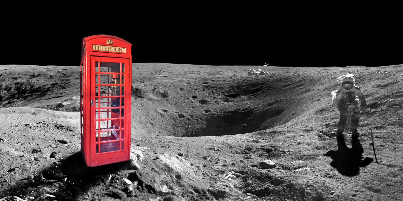 Cabina telefonica rossa di Londra di inglese sulla superficie della luna fotografia stock