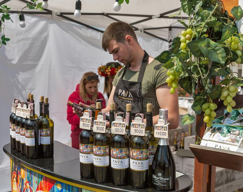 Cabina ucraina della cantina di Pava durante il festival di vino a Kiev, Ucraina immagini stock libere da diritti