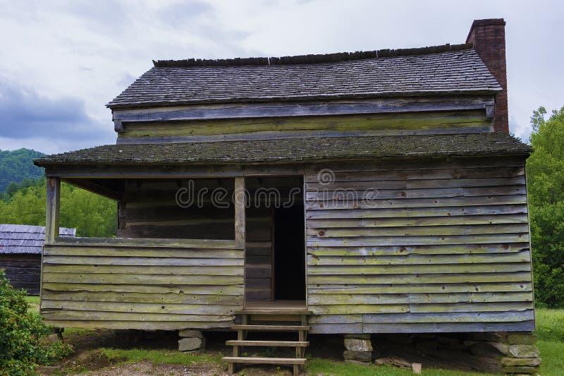 Cabina vieja de la granja en el valle Tennessee Smoky Mountains de la ensenada de Cades foto de archivo