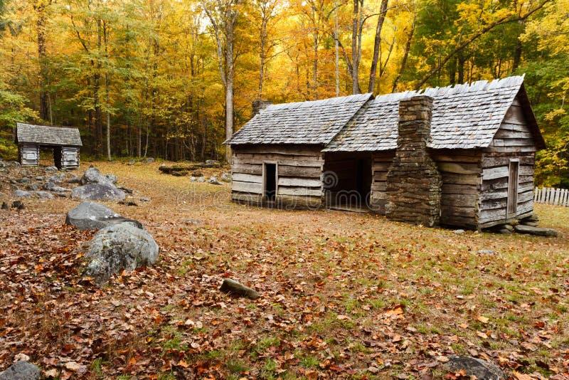 Cabina vieja en otoño fotos de archivo libres de regalías