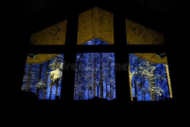 Cabina Windows que mira hacia fuera a Forest Snow Winter oscuro foto de archivo libre de regalías