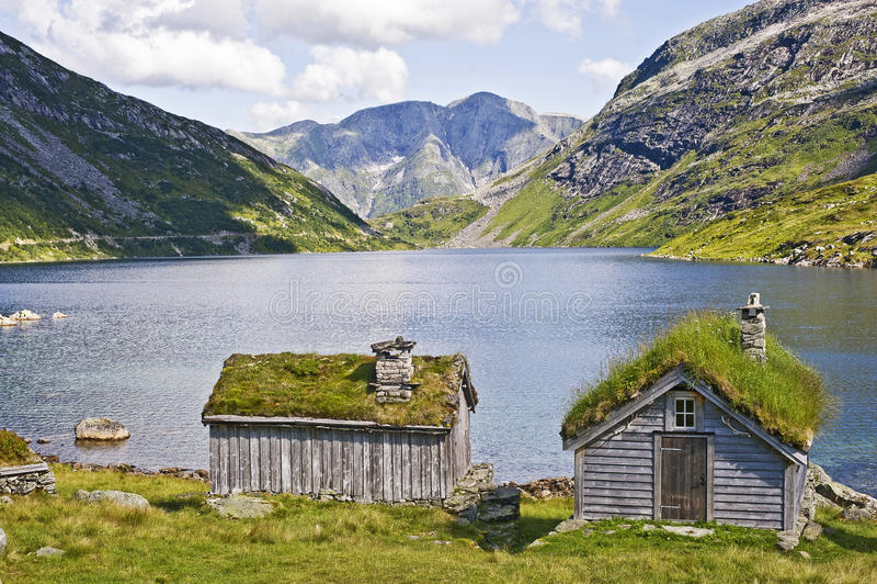 Cabina y lago imagen de archivo