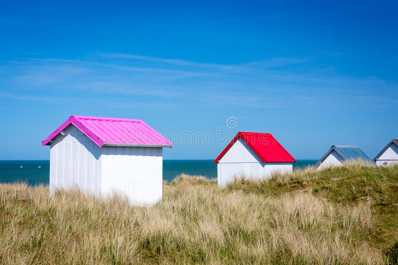 Cabinas coloridas de la playa, Normandía, Francia imagen de archivo libre de regalías
