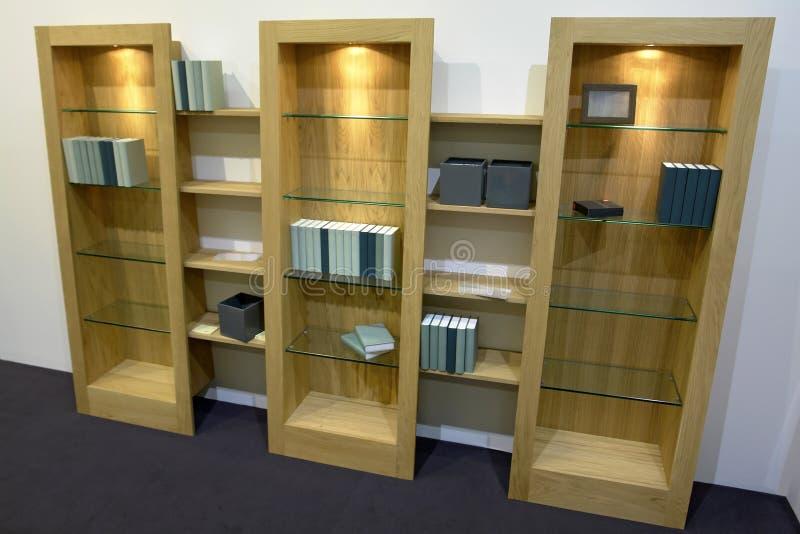 Cabinas con los estantes de cristal imagen de archivo libre de regalías
