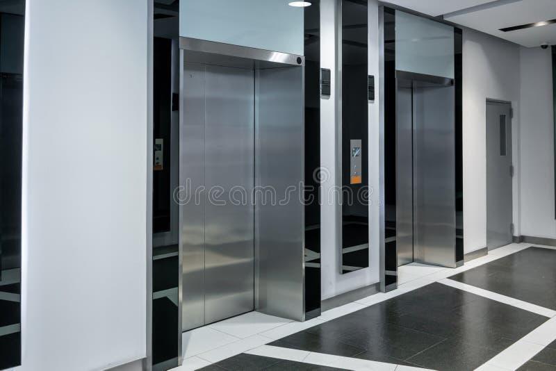 Cabinas de acero modernas del elevador en un pasillo o un hotel del negocio, inter fotos de archivo