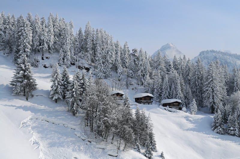 Cabinas de la montaña en las montañas situadas en paisaje hermoso imágenes de archivo libres de regalías
