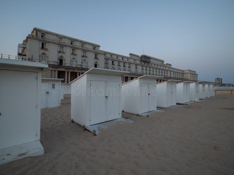 Cabinas de la playa en Ostende con la galería real en el fondo fotos de archivo