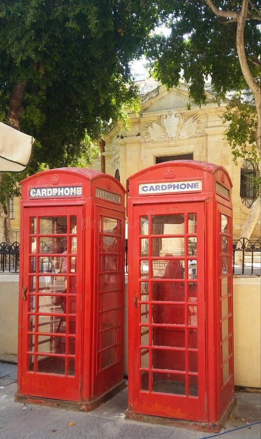 Cabinas de teléfono inglesas en la isla de Malta imagenes de archivo