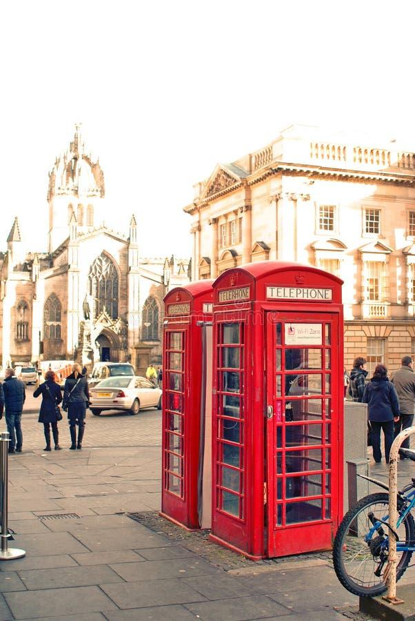 Cabinas de teléfonos rojas viejas en Edimburgo, Escocia imagenes de archivo