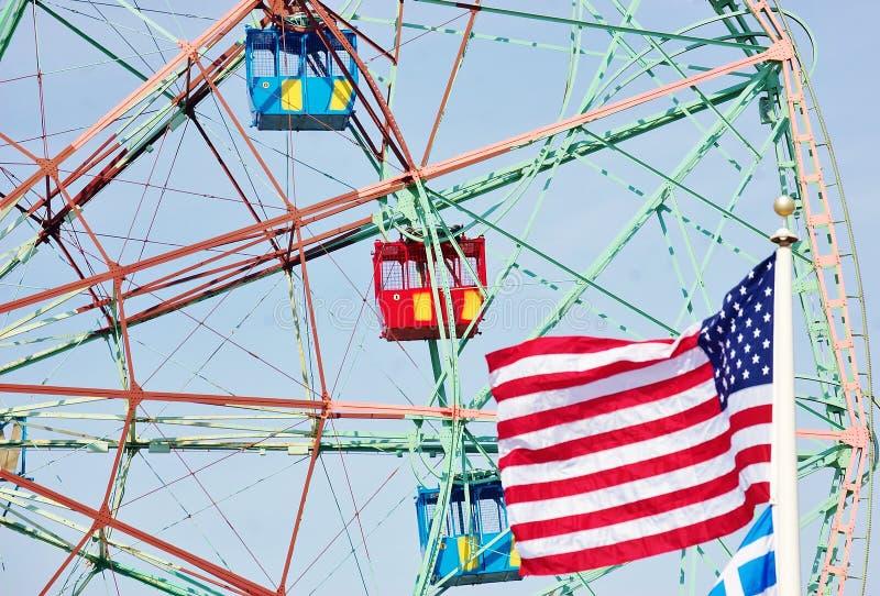 Cabinas de Wonderwheel con la bandera de los E.E.U.U. fotografía de archivo