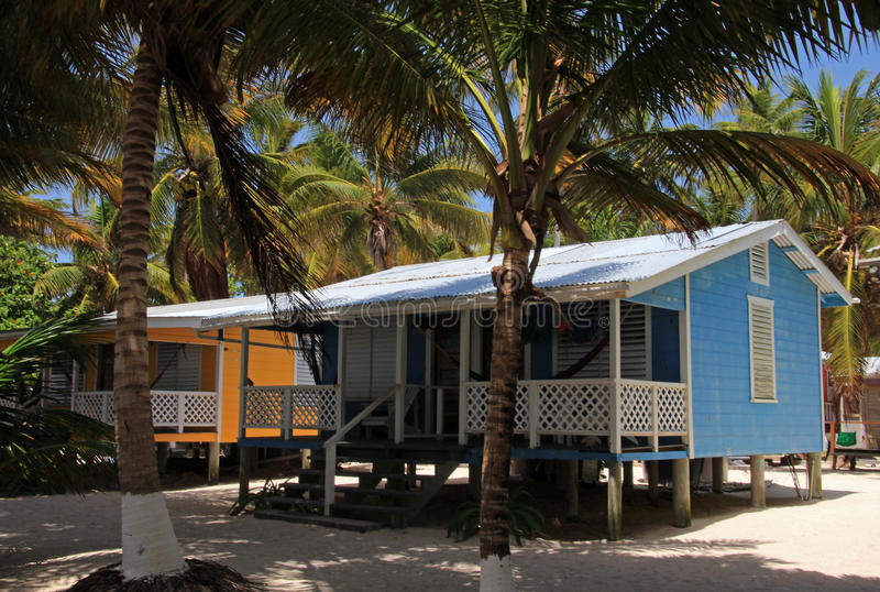 Cabinas en los zancos en la pequeña isla del tabaco Caye, Belice foto de archivo libre de regalías