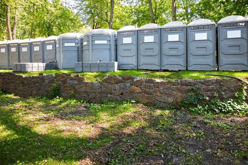 Cabinas m?viles reforzadas fibra de vidrio del toilette del pol?mero en un parque foto de archivo