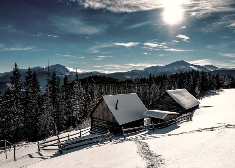 Cabinas nevadas abandonadas imagen de archivo libre de regalías