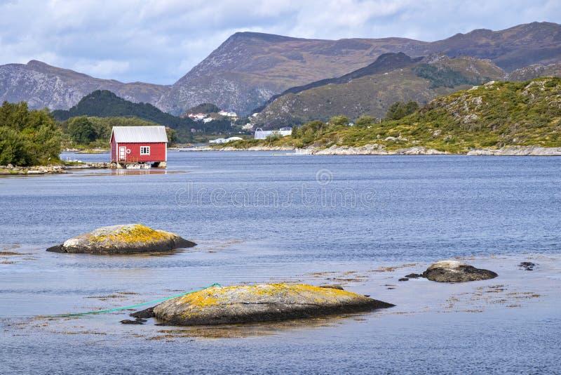Cabinas viejas, varaderos, isla Nautoya, Noruega fotografía de archivo libre de regalías