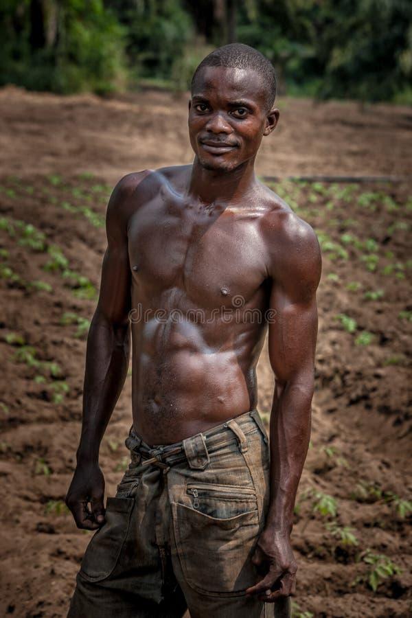 CABINDA/ANGOLA - 9 de junio de 2010 - retrato del granjero rural africano Cabinda angola fotografía de archivo