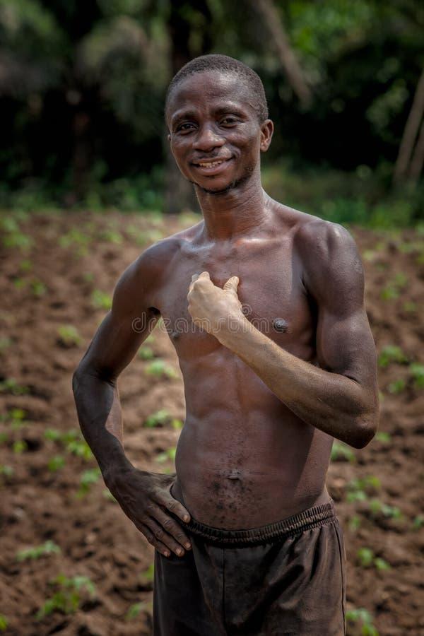 CABINDA/ANGOLA - 9 de junio de 2010 - retrato del granjero rural africano Cabinda angola fotografía de archivo libre de regalías