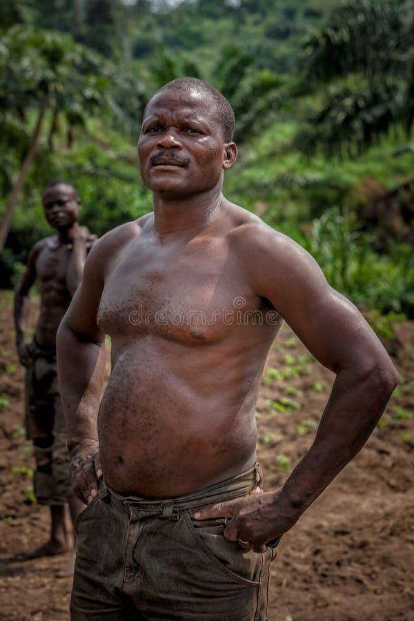 CABINDA/ANGOLA - 9 de junio de 2010 - retrato del granjero rural africano Cabinda angola fotos de archivo