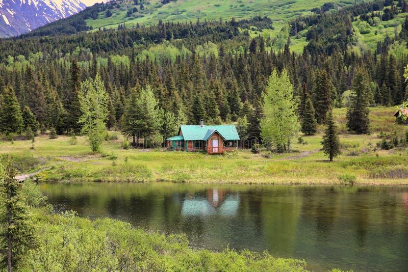 Cabine acolhedor bonita em Alaska fotos de stock