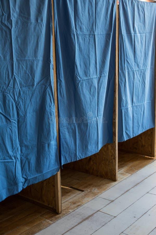 Cabine ad un seggio elettorale fotografia stock libera da diritti