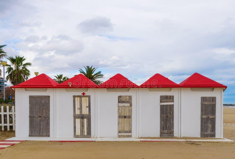 Cabine bianche della spiaggia con i tetti rossi immagini stock libere da diritti