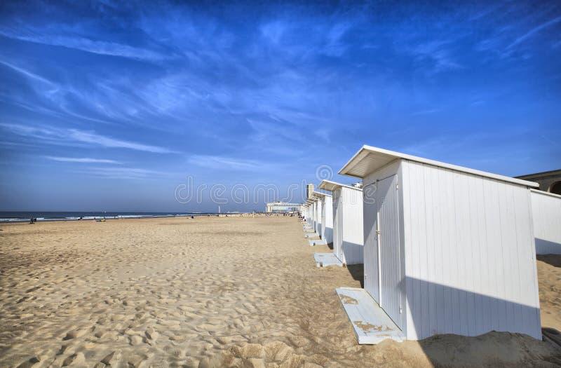 Cabine bianche della spiaggia a Ostenda fotografia stock