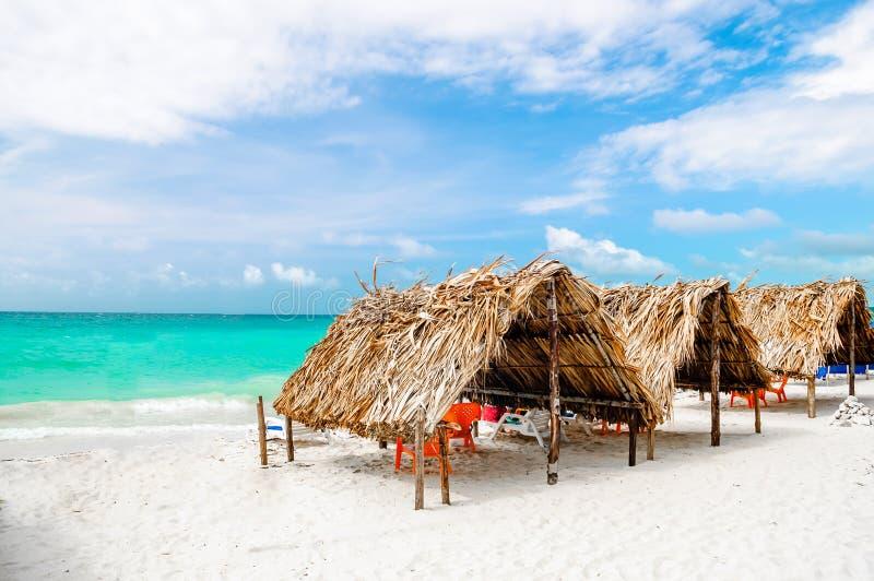 Cabine bij het strand door Baru - Cartagena in Colombia stock fotografie