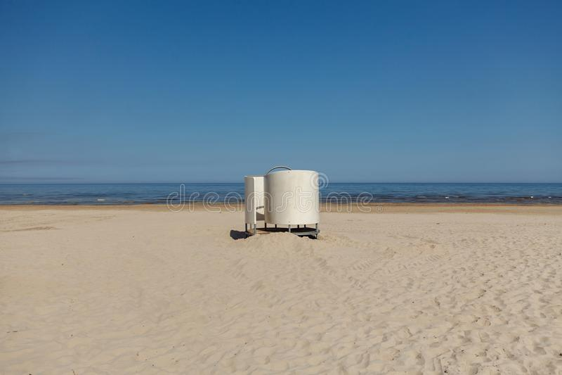 Cabine branca do molho na praia no mar Báltico foto de stock royalty free