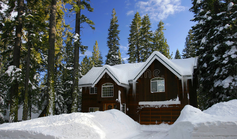 Cabine coberta pela neve fresca imagem de stock royalty free