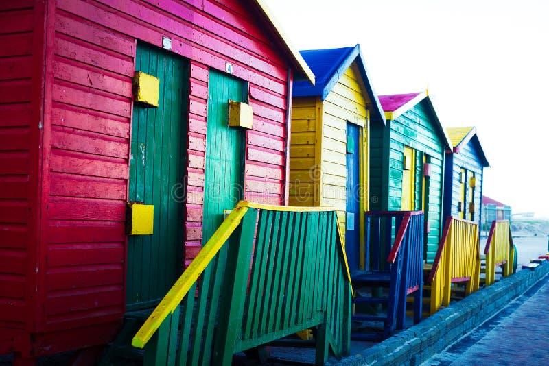 Cabine Colourful della spiaggia alla luce di sera fotografie stock libere da diritti