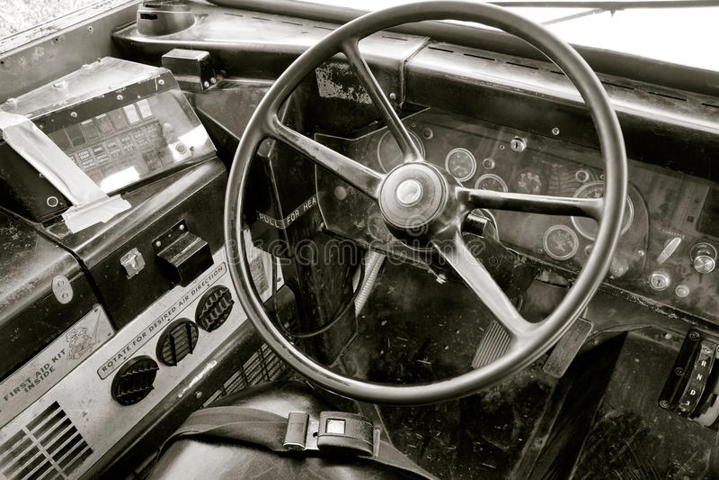 Cabine d'autobus scolaire de vintage avec le volant images stock