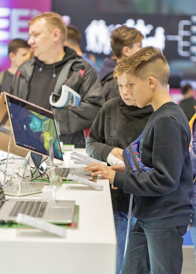Cabine d'ordinateur pendant l'ECO 2017 à Kiev, Ukraine photo stock