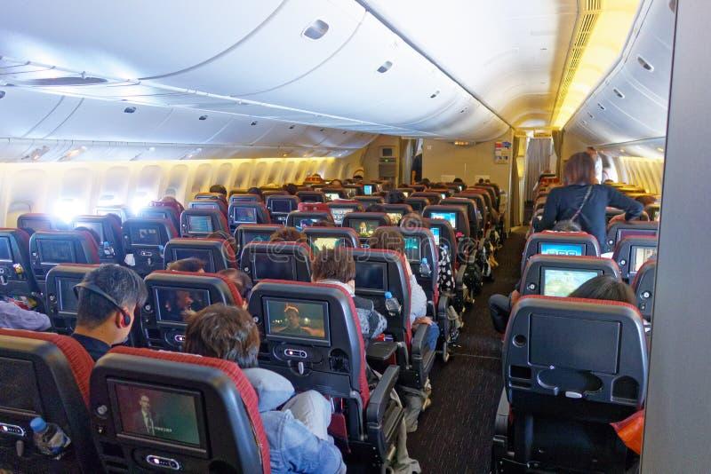 Cabine da classe de economia, Japan Airlines Boeing 777 imagem de stock