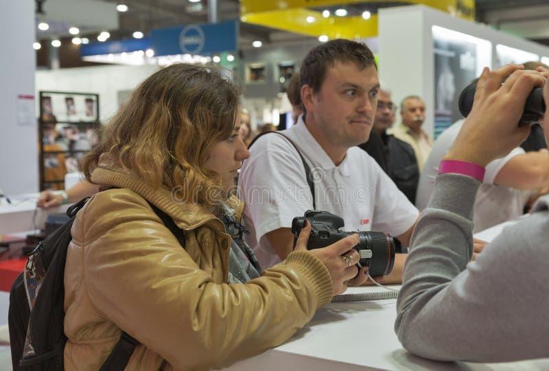Cabine da empresa de Canon na ECO 2015, feira profissional a maior da eletrônica em Ucrânia foto de stock royalty free