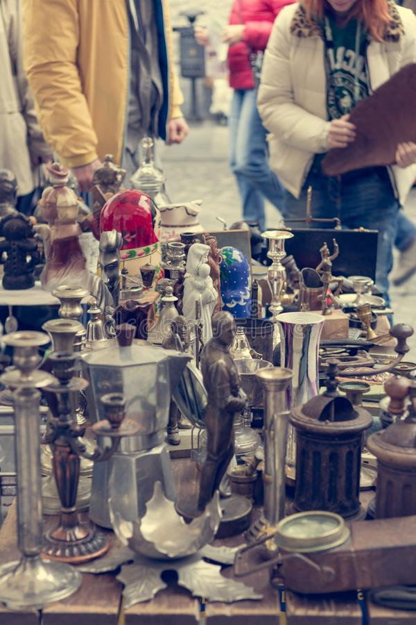 Cabine da feira da ladra com muitos artigos velhos que est?o sendo vendidos imagem de stock royalty free