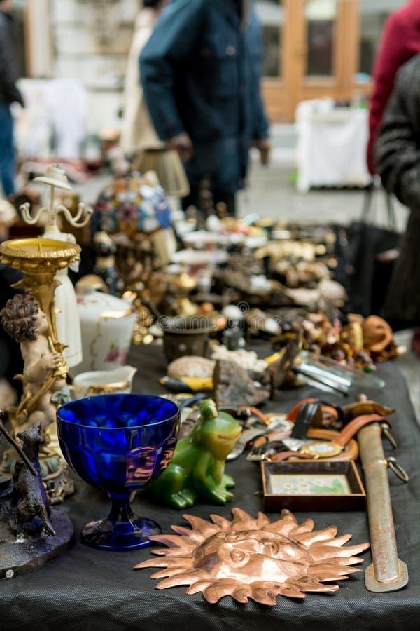 Cabine da feira da ladra com muitos artigos velhos que est?o sendo vendidos imagens de stock royalty free