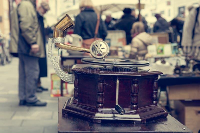 Cabine da feira da ladra com muitos artigos velhos que est?o sendo vendidos fotografia de stock