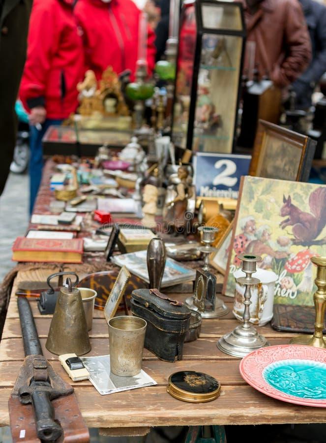 Cabine da feira da ladra com muitos artigos velhos que est?o sendo vendidos imagens de stock