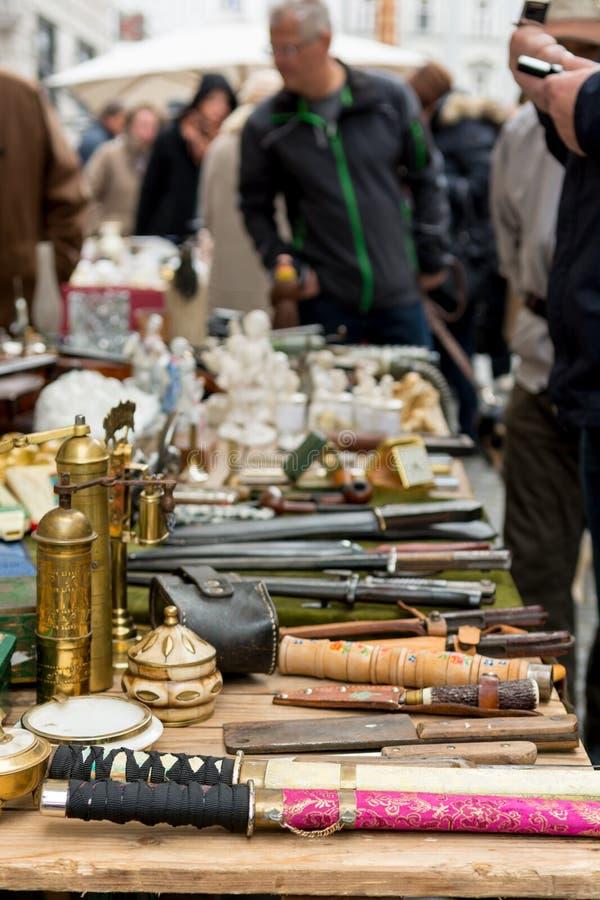 Cabine da feira da ladra com muitos artigos velhos que est?o sendo vendidos fotografia de stock royalty free