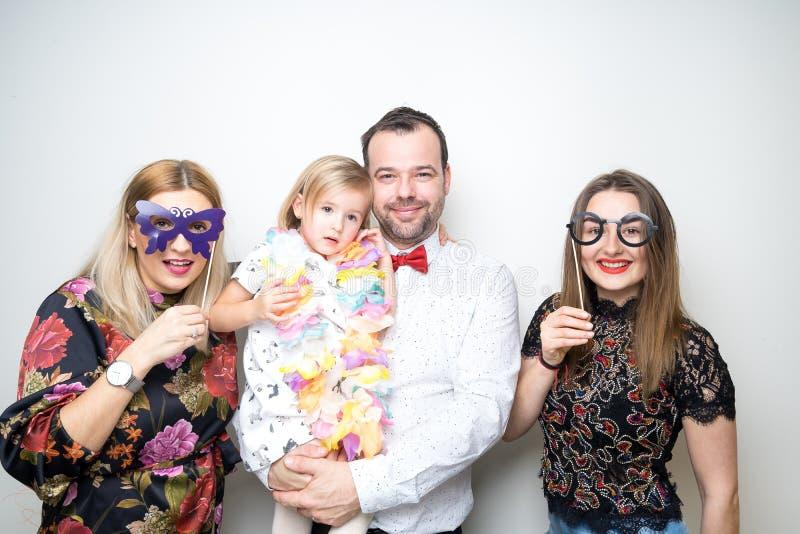 A cabine da foto sustenta a filha da mulher da menina dos elogios do homem de partido fotografia de stock royalty free