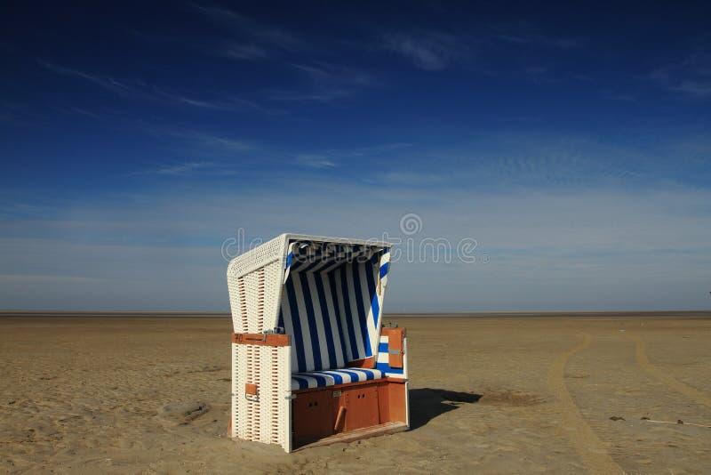 Cabine da praia na costa imagem de stock royalty free