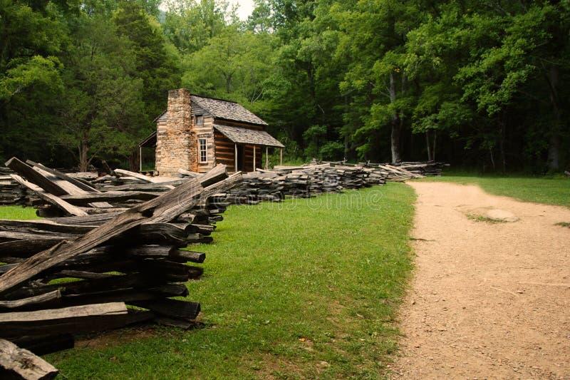 Cabine dans les bois. photo stock