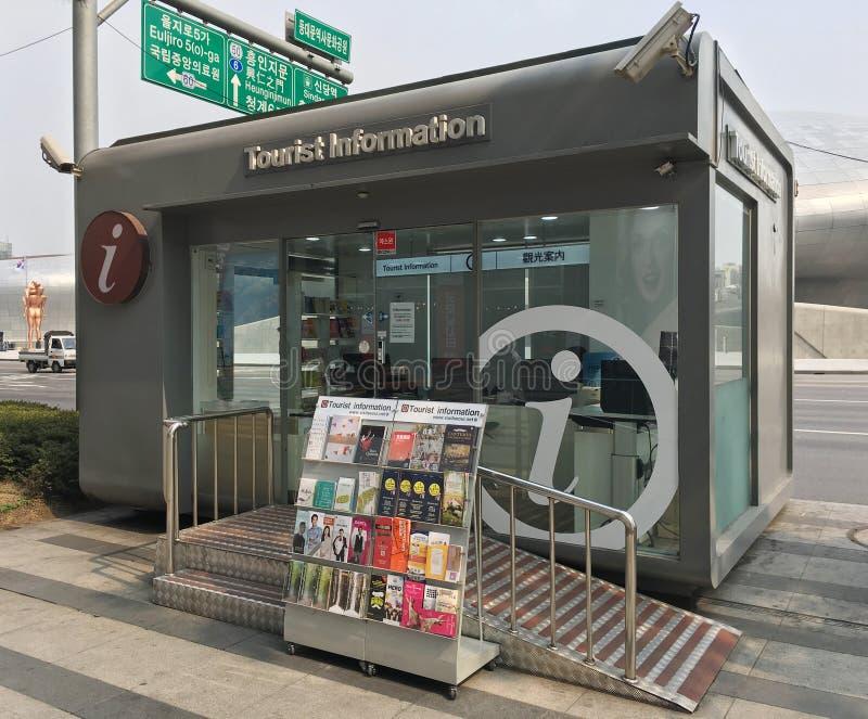 Cabine de informa??es tur?sticas pela plaza DDP do projeto de Dongdaemun, Seoul fotografia de stock royalty free