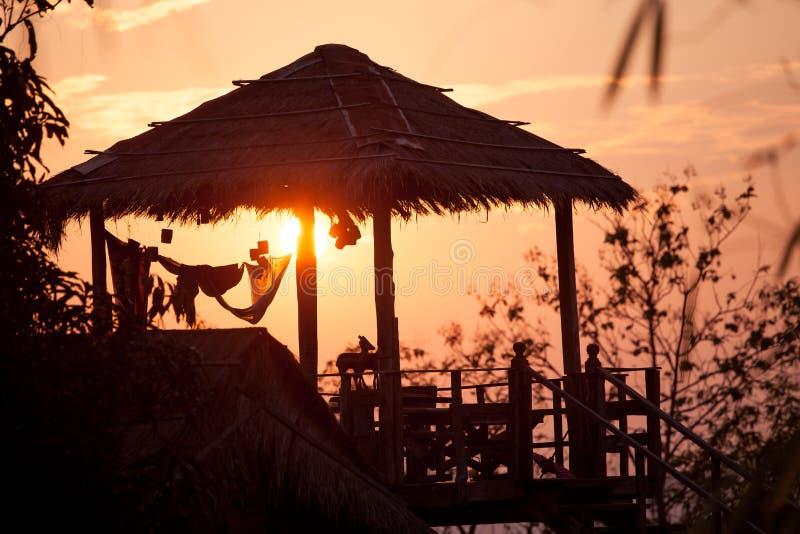 Cabine de madeira na luz solar na noite imagens de stock royalty free