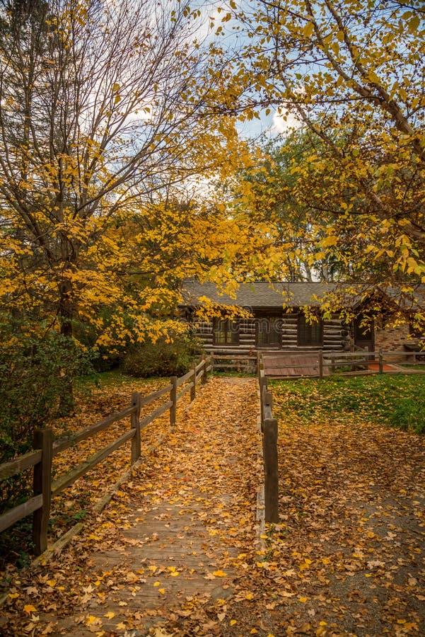 Cabine de montagne en automne images stock