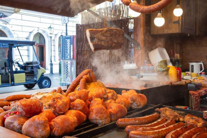 Cabine de nourriture de Cracovie Cracovie Pologne vendant la nourriture polonaise traditionnelle de rue Nourriture polonaise trad image stock