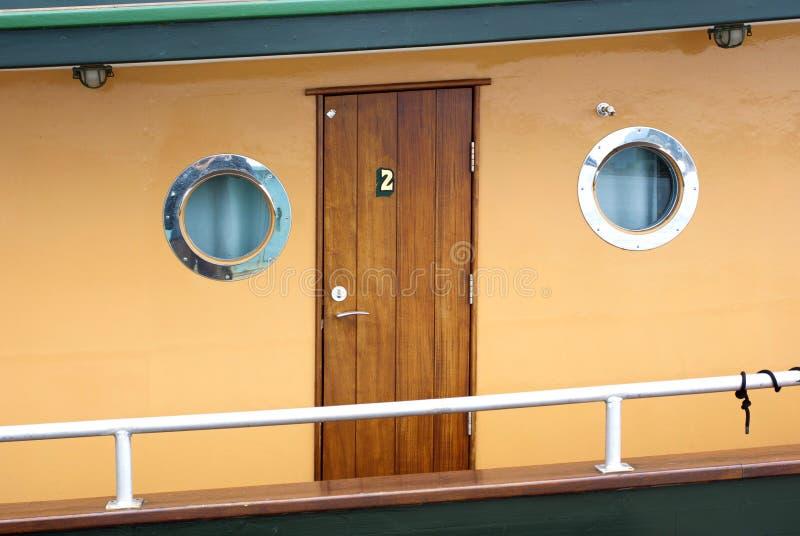 Cabine de passageiro de madeira com vigias redondas em um vapor histórico imagem de stock