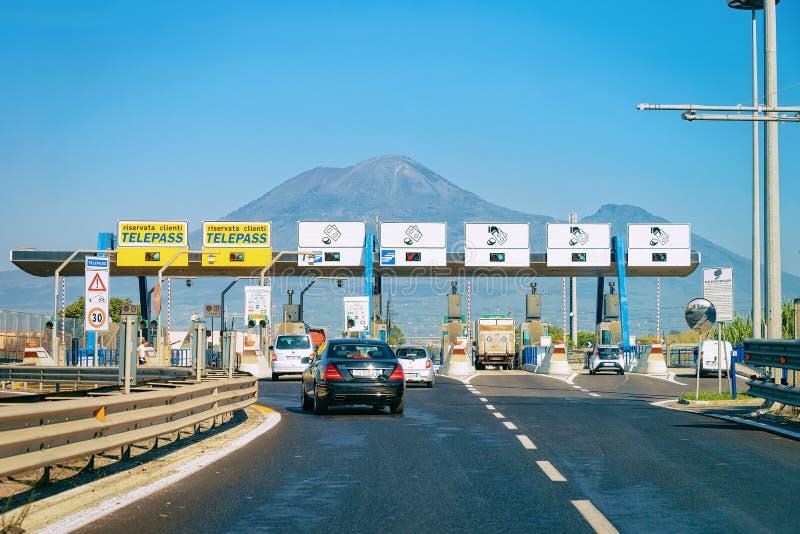 Cabine de pedágio com sinais na estrada em Itália foto de stock