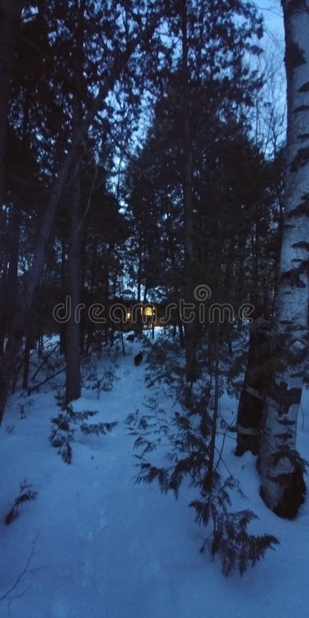 Cabine in de sneeuw van de houtwinter royalty-vrije stock afbeelding
