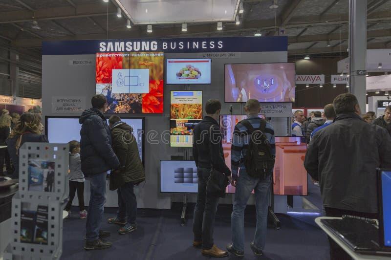 Cabine de société de Samsung à l'ECO 2015, le plus grand salon commercial de l'électronique en Ukraine photographie stock