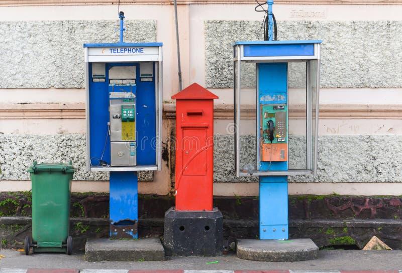Cabine de téléphone deux public avec la boîte aux lettres et la poubelle verte photos libres de droits